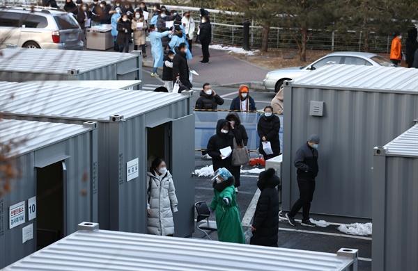 코로나19 집단감염이 발생한 서울 성동구 한양대병원에서 29일 오후 직원 2천여명과 보호자를 대상으로 전수검사가 실시되고 있다.