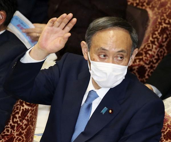 스가 요시히데(菅義偉) 일본 총리가 지난 25일 일본 중의원 예산위원회에서 답변하기 위해 손을 들고 있다. 2021.1.27