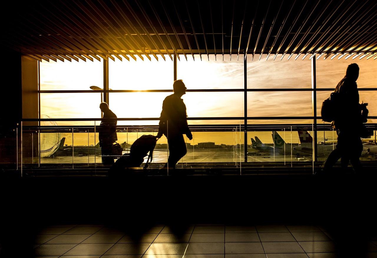 공항은 알지 못하는 내면의 향수를 불러일으킨다.