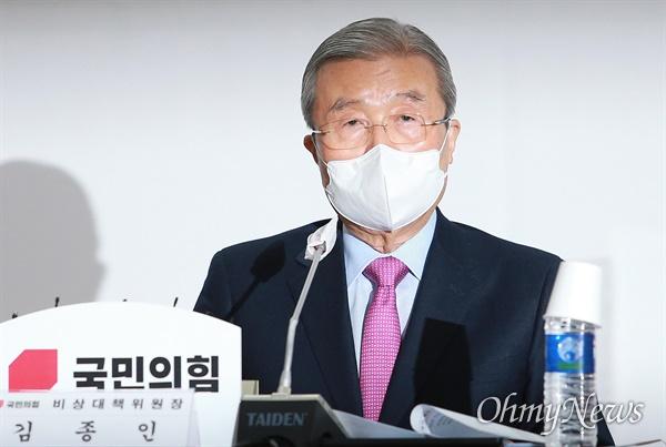국민의힘이 1일 부산당사에서 현장 비상대책위원회 회의를 열었다. 이날 부산을 방문한 김종인 비대위원장.