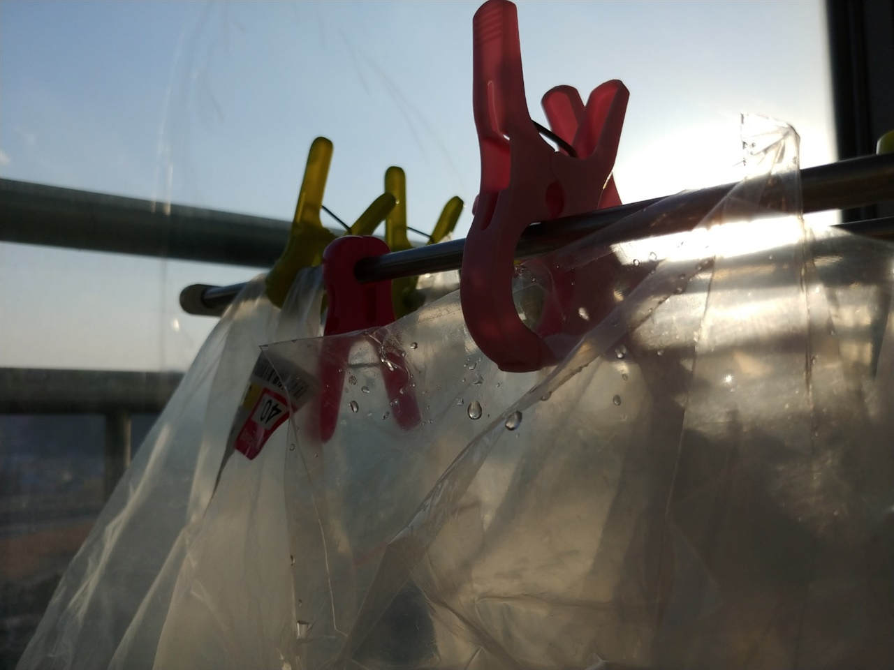 우리집 건조대에는 비닐이 빨래처럼 널려있다. 생각하는 대로 사는 풍경 같아 볼 때 마다 신난다.