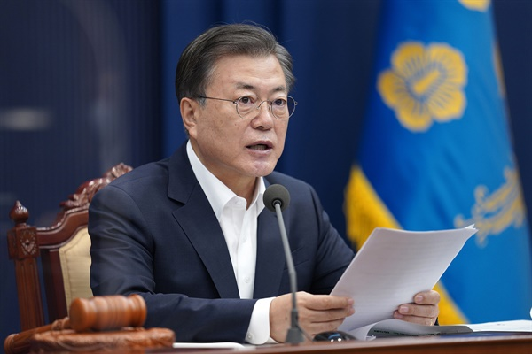 문재인 대통령이 2일 오전 청와대에서 열린 영상 국무회의를 주재하고 발언하고 있다.