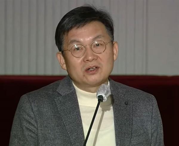 김윤 서울대 의과대학 의료관리학교실 교수가 2일 사회적 거리두기 단계 개편을 위한 공개토론회에서 발표하고 있다