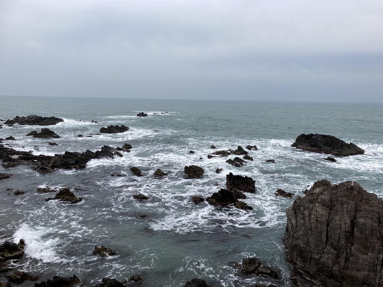 한 폭의 수묵화를 연상케하는 송대말등대 앞 동해 바다 모습