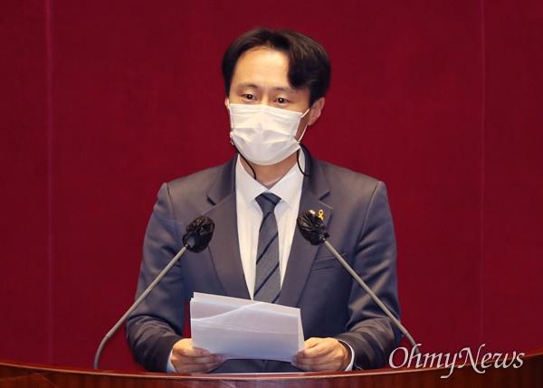 더불어민주당 이탄희 의원이 4일 오후 서울 여의도 국회 본회의장에서 '사법농단' 연루 법관(임성근) 탄핵소추안 제안설명을 하고 있다.