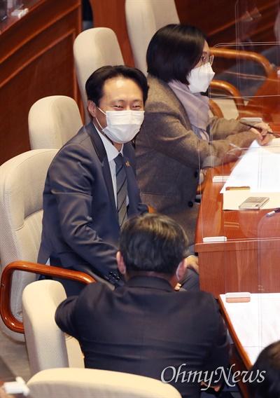 더불어민주당 이탄희 의원이 4일 오후 서울 여의도 국회 본회의장에서 '사법농단' 연루 임성근 판사 탄핵소추안이 가결된 직후 동료의원의 격려를 받고 있다.