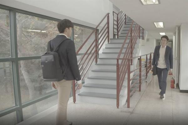 교사가 된 수혁이가 퇴근길 학생과 인사하는 장면. 작품의 완성도를 위해 아쉽게 편집됐다.