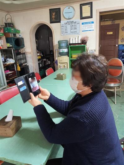 고향에 내려오지 못하는 상황을 자주 영상 통화를 통해 해소하다 보니 시골 사람들의 스마트폰 사용 범위가 날로 확장되는 중이다.