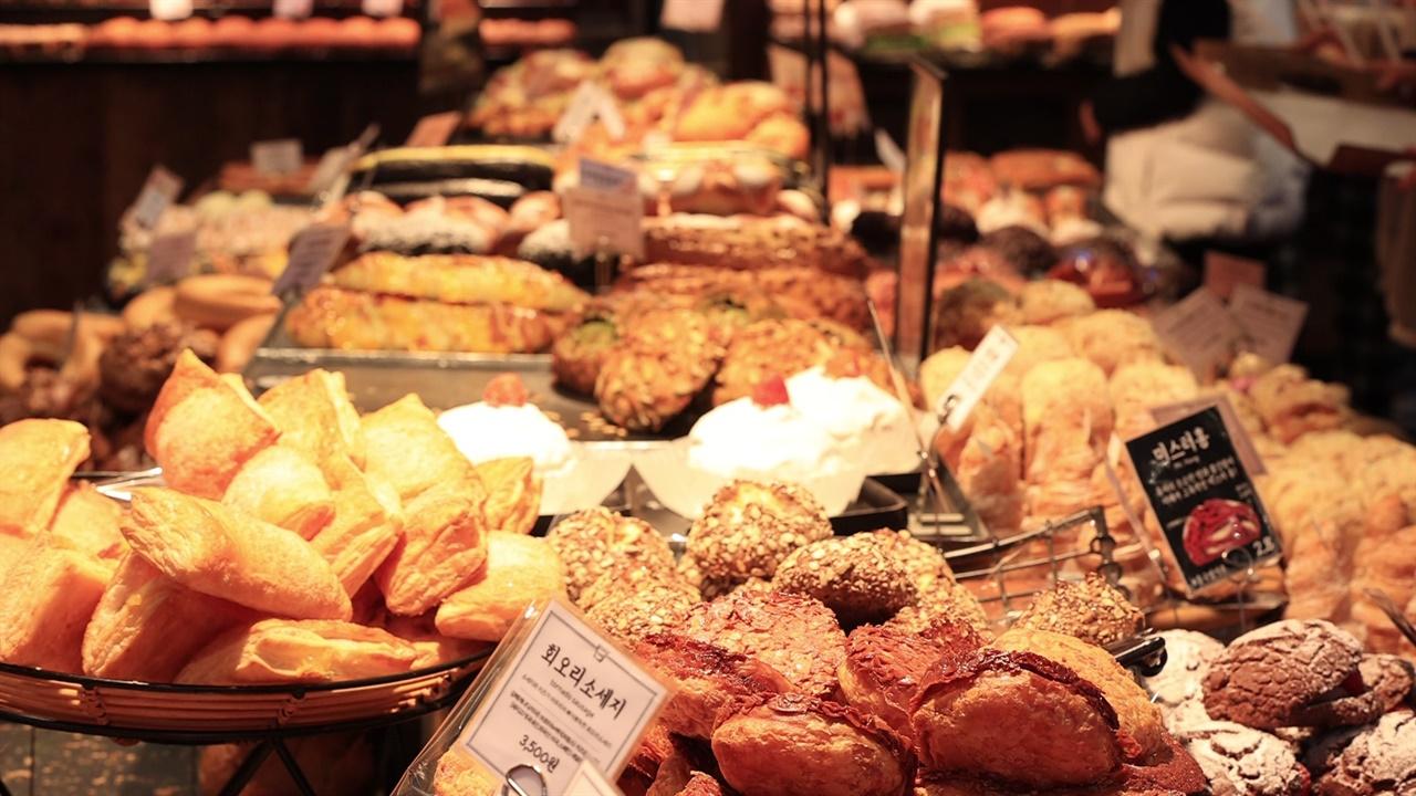 오전 8시만 넘으면 빵집에는 사람들의 발길이 줄을 잇는다