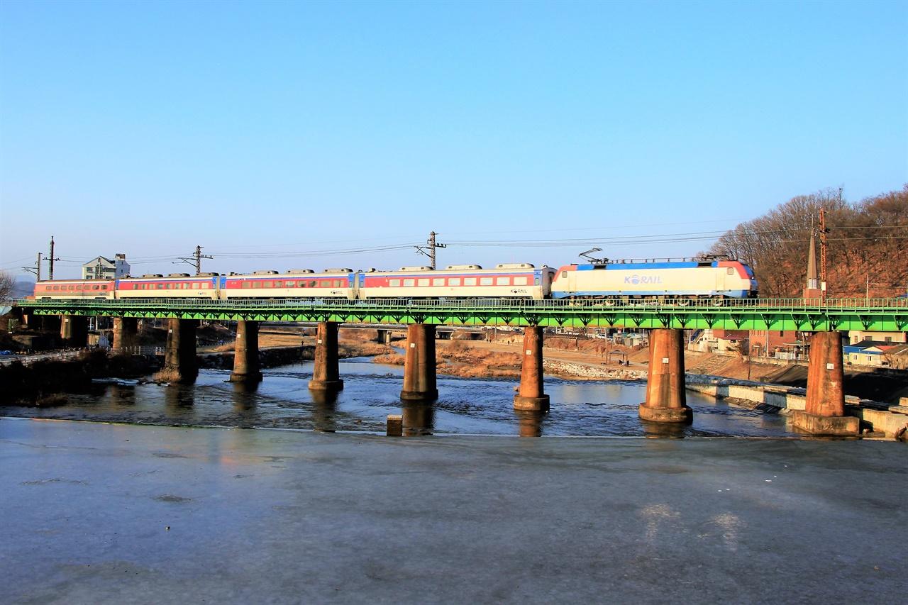 KTX의 개통으로 인해 중앙선을 오가는 일반열차의 수는 5편 가까이 줄었다. 제천 - 안동 구간에서는 절반에 가까운 양이다. 사진은 중앙선 이설 이전의 모습.