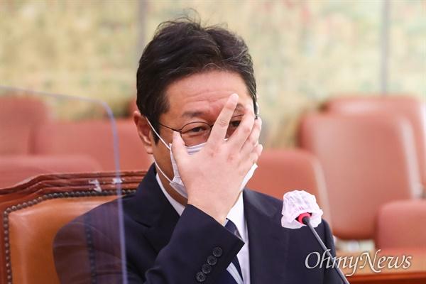 황희 문화체육관광부 장관 후보자가 9일 국회 문화체육관광위원회에서 열린 인사청문회에서 안경을 만지고 있다.