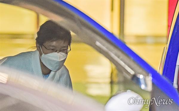 코로나19 확진자와 밀접 접촉해 병원 격리 됐던 박근혜씨가 9일 오후 서울 서초구 서울성모병원에서 나와 서울구치소로 향하고 있다.
