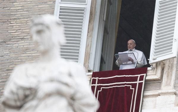 프란치스코 교황이 7일(현지시간) 바티칸의 성 베드로 광장이 내려다보이는 사도궁 집무실 창가에서 주일 삼종기도를 주례하고 있다.