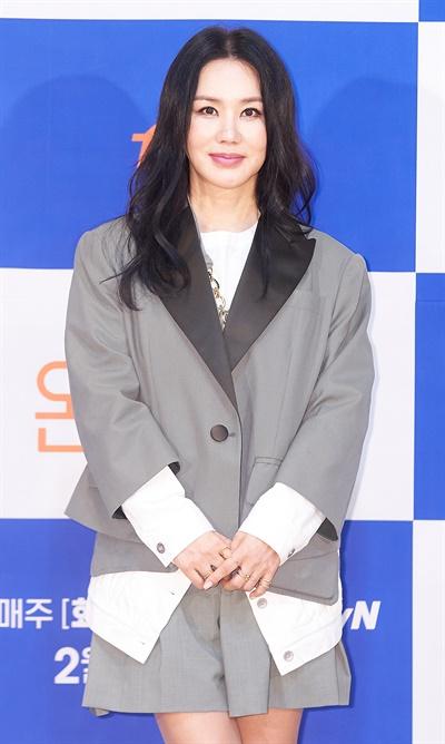 '온앤오프' 엄정화, 새로받은 안방마님 명함 엄정화 가수 겸 배우가 15일 오전 비대면으로 열린 tvN 예능 <온앤오프> 온라인 제작발표회에서 포즈를 취하고 있다. <온앤오프>는 스타들의 바쁜 일상 속 사회적 나(ON)와 개인적 나(OFF)를 새로운 시선으로 담아내는 '사적 다큐' 예능 프로그램이다. 16일(화) 밤 10시 30분 첫 방송.