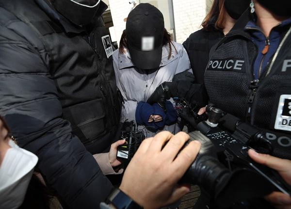 12일 경북 김천시 대구지방법원 김천지원에서 지난 10일 구미시 빌라에서 2세 여아가 숨진 채 발견된 사건과 관련해 아이의 어머니가 구속영장 실질심사를 받고 나오고 있다.