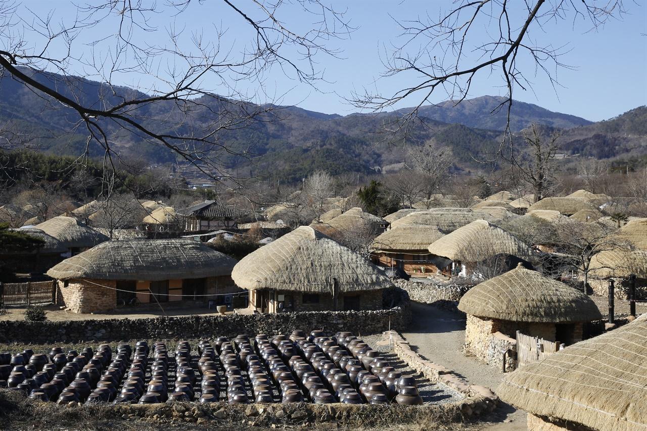 장독대와 어우러진 초가 풍경. 지난 2월 9일 순천 낙안읍성 민속마을 풍경이다.
