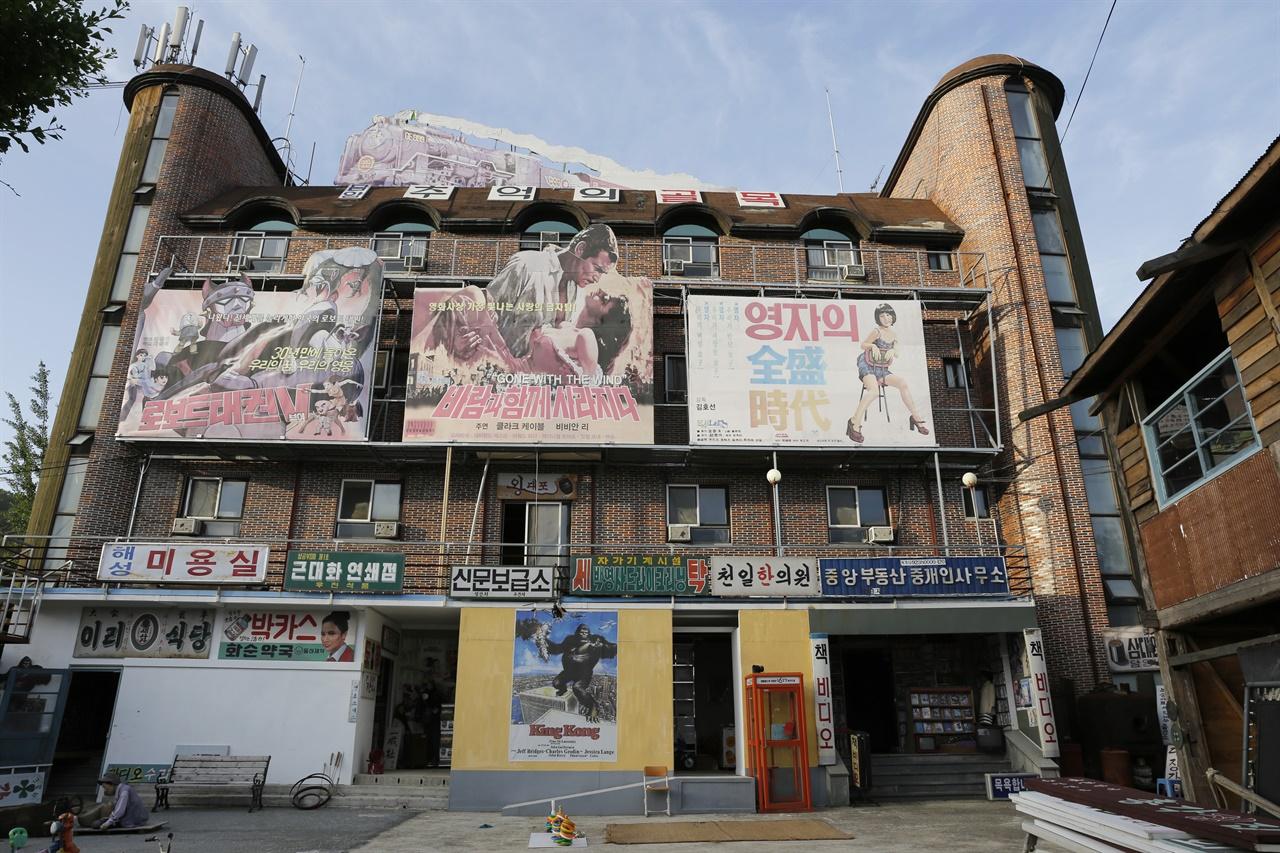 담양 '추억의 골목' 풍경. 20년 넘게 모텔로 쓴 건물을 개보수해 옛날식 영화관으로 꾸며 놓았다.