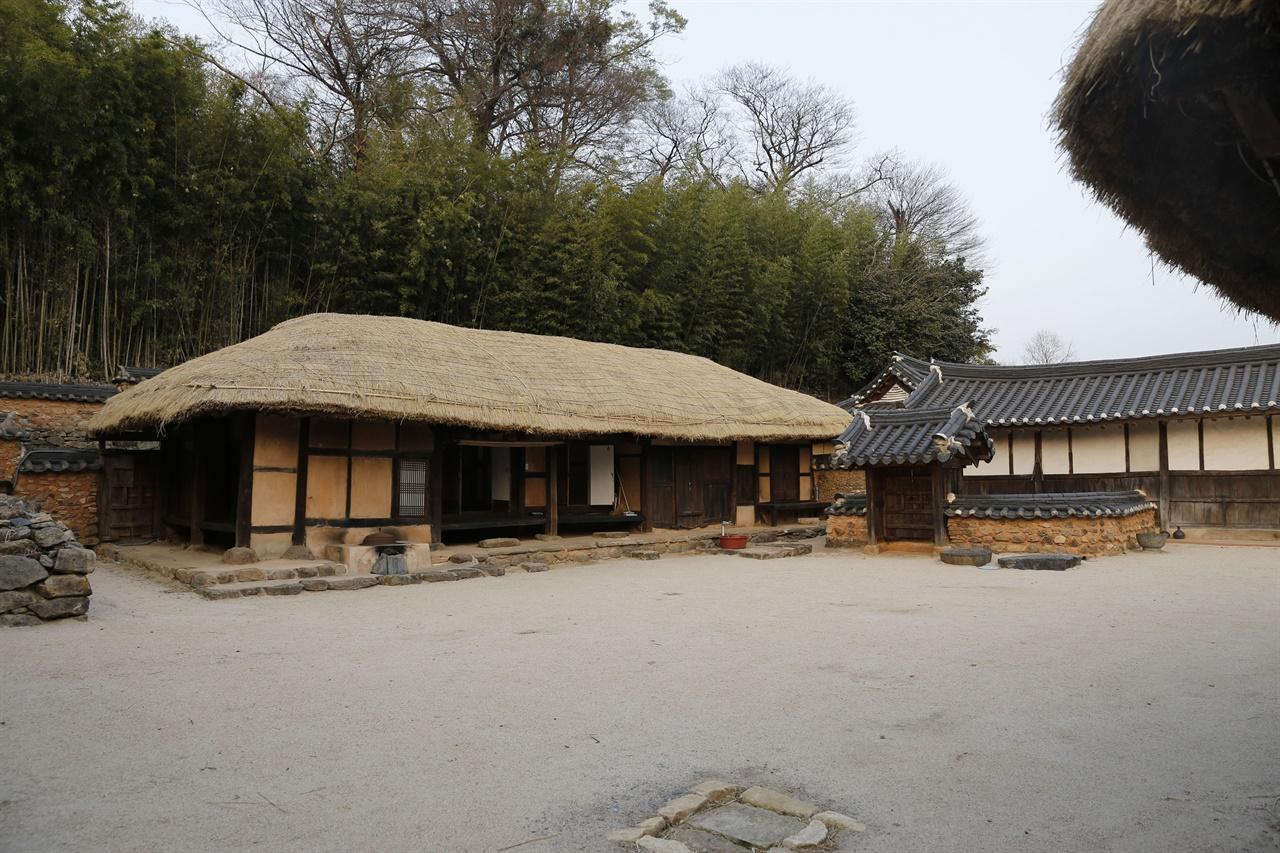 초가와 기와집이 어우러진 보성 강골마을 풍경. 광주이씨 집성촌이다.