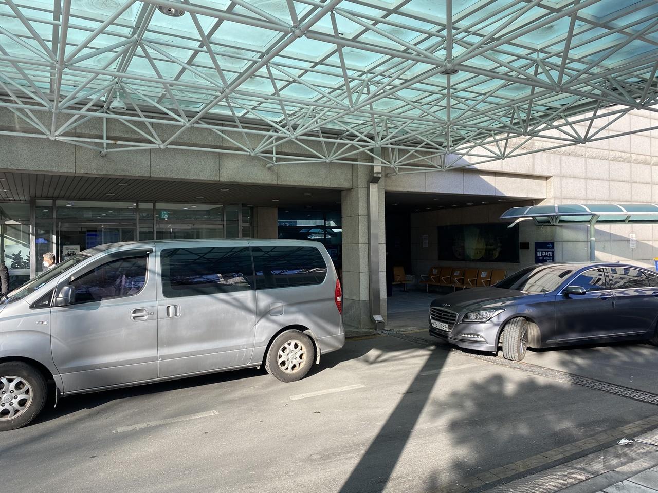 서울대학교 병원 장례식장 입구 코로나-19 예방을 위해 1층 현관을 통해서만 출입이 가능했다.