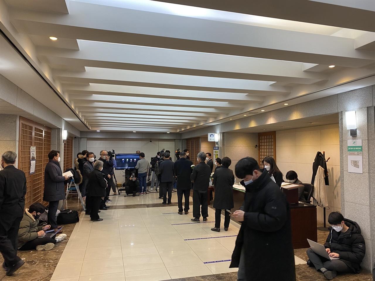 백기완 소장의 빈소 3층 특1호실 앞 로비에는 조문 온 시민들과 정계인사들, 기자들이 지키고 있었다.