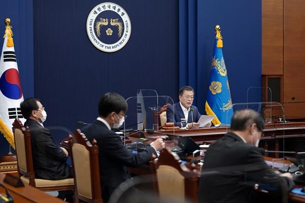 문재인 대통령이 16일 오전 청와대 여민관에서 영상으로 열린 제7회 국무회의를 주재하고 있다.