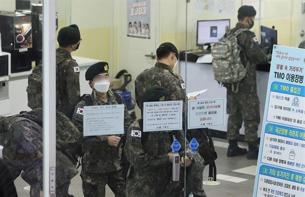 군 장병 휴가 통제가 해제된 15일 서울역 내 여행 장병 안내소(TMO)에서 휴가를 나온 군인들이 열차 승차권을 발급받기 위해 차례를 기다리고 있다. 2021.2.15