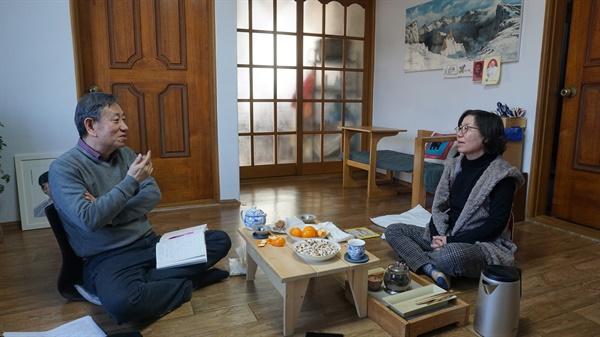 인터뷰 하는 김정열씨(오른쪽)