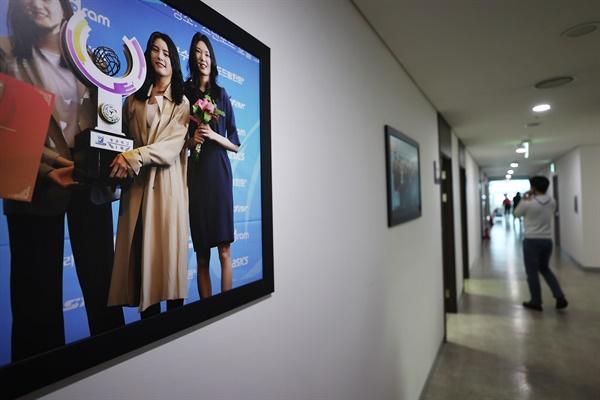 16일 '학교폭력 근절을 위한 비상대책위원회'가 열리고 있는 한국배구연맹 사무국 앞에 흥국생명 이다영(사진 왼쪽 두번째) 등 선수들이 함께 찍은 기념사진이 내걸려 있다.