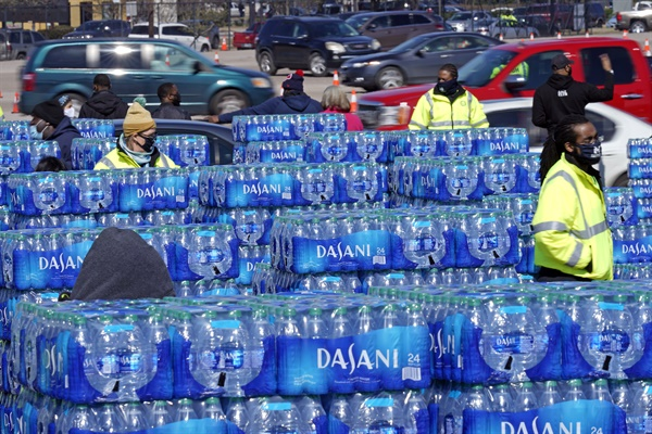 휴스턴이 드라이브 스루를 통해 물이 필요한 주민들에게 생수를 제공하고 있다.