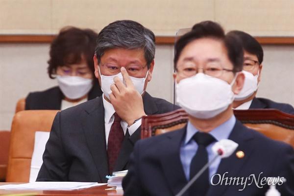 박범계 법무부 장관(오른쪽)과 이용구 차관이 22일 국회에서 열린 법제사법위원회 전체회의에 출석하고 있다.