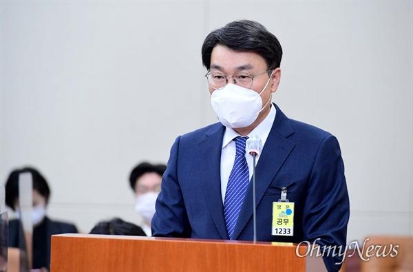 최정우 포스코 회장이 22일 서울 여의도 국회에서 열린 환경노동위원회 산업재해관련 청문회에서 의원 질의에 답하고 있다.