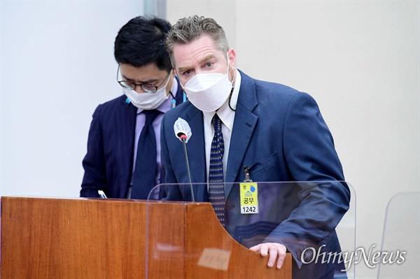 노트먼 조셉 네이든 쿠팡풀필먼트서비스 대표가 22일 서울 여의도 국회에서 열린 환경노동위원회 산업재해관련 청문회에서 의원 질의에 답하고 있다.