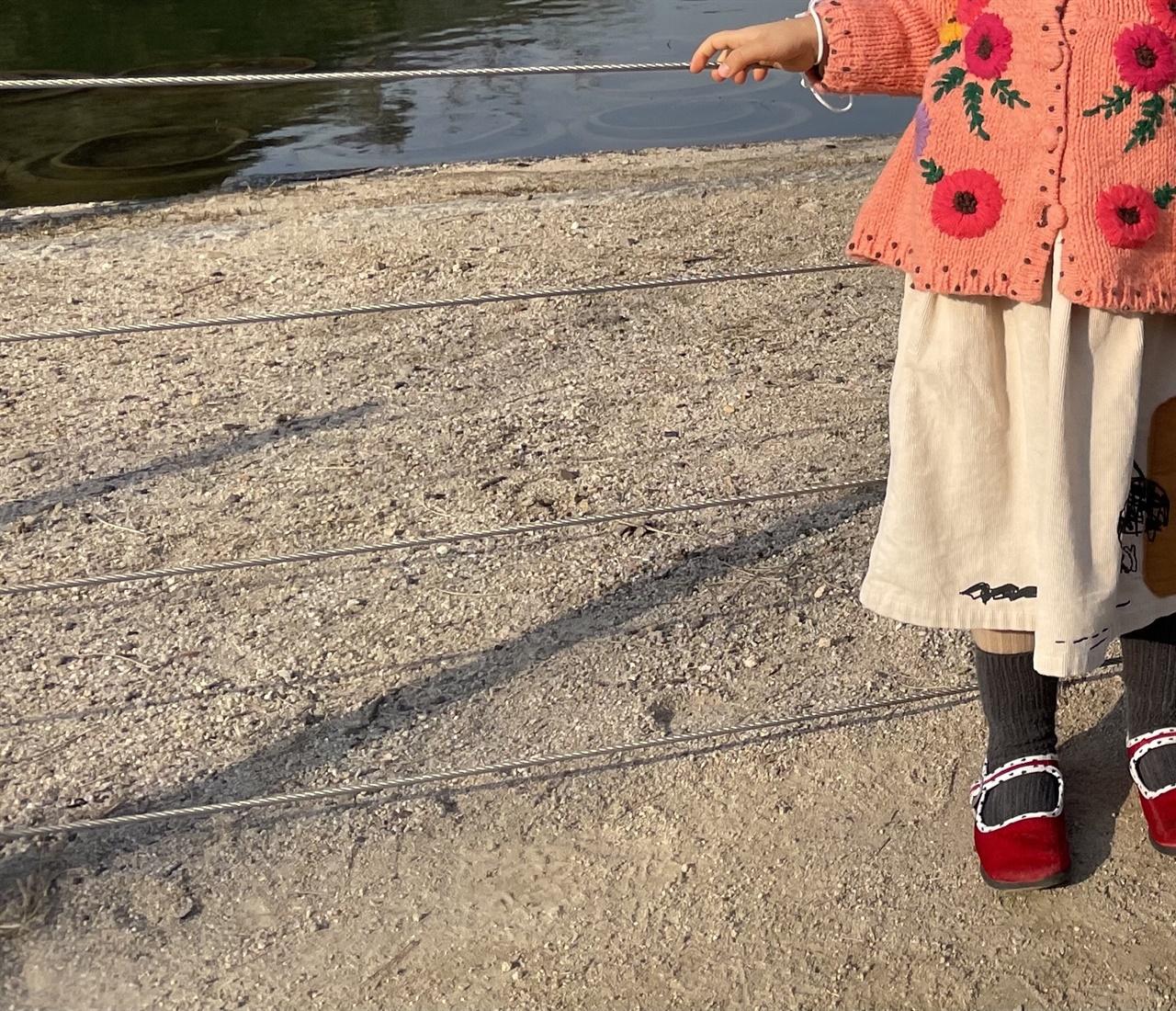 각자의 고유한 시선 아이는 지천에 깔린 모래밭에서도 자기만의 보물을 알아본다.