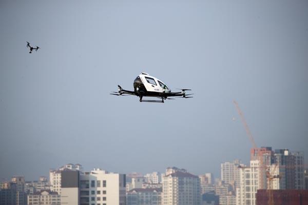 16일 오후 대구 수성구 수성못 상공에서 드론택시가 비행하고 있다. 이날 비행은 드론택시 서비스 도입을 위한 도심항공교통(UAM) 비행 실증차원에서 실시됐다. 이날 비행한 기체는 앞서 서울 여의도에서 시범 비행한 기종과 같은 중국 이항사의 2인승 기체다. 2020.11.16