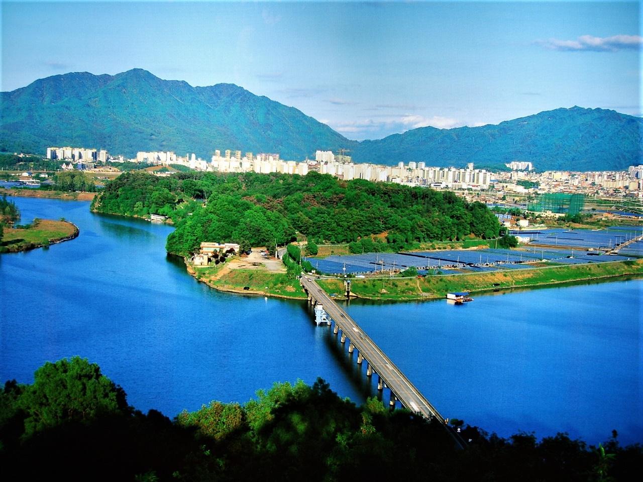 탄금대 모습 옛 탄금대교가 있는 모습으로 미루어 2013년 이전 모습이다. 멀리 충주시가지가 보이고, 남한강가 절벽으로 이뤄진 탄금대 모습이 수려하다.