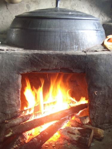 오랫동안 화목을 지펴 국물을 우려내는 전통음식 슬로우푸드인 곰국은 건강에 좋지만, 초기 조리과정만 놓고 보면 이산화탄소 배출과 온실가스 감축에 역행하는 조리법인 셈이다.