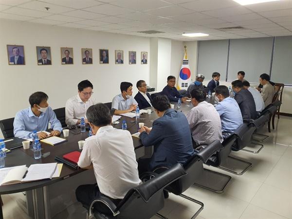 라오스 코로나대책회의 신성순 라오스대사와 라오스한인회, 코이카, 코트라 등 관계자들이 모여 코로나대응 방안에 대한 회의를 하고 있다.