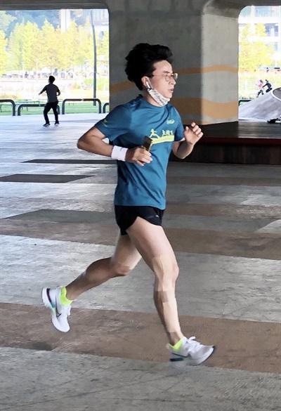 교사러닝크루TRC 소속 교사가 달리고 있다.