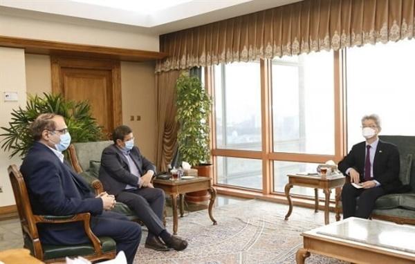 유정현 주이란대사(오른쪽)와 헴마티 이란 중앙은행 총재(가운데)가 지난 22일 주이란한국대사관에서 면담하고 있다.