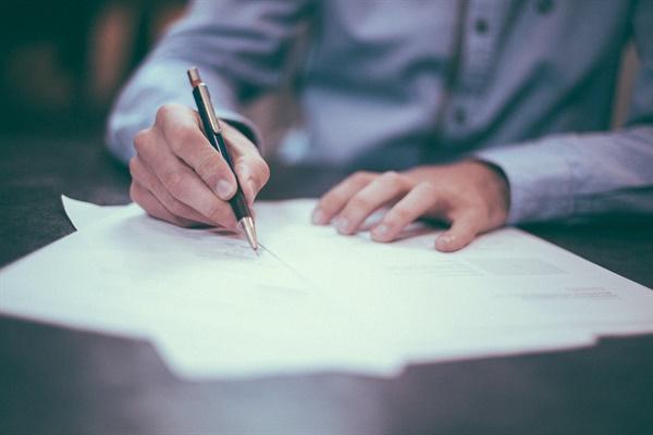 행동하지 않고 글쓰기에 머무른다는 것은 때로 죄책감과 부끄러움을 동반한다.