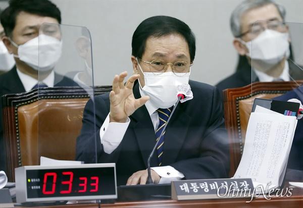 유영민 대통령 비서실장이 24일 서울 여의도 국회에서 열린 운영위원회 전체회의에서 질의에 답변하고 있다.