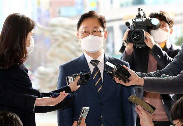 박범계 법무부 장관이 24일 오후 대전시 서구 둔산동 대전고등검찰청으로 들어가면서 기자 질문에 답하고 있다. 2021.2.24
