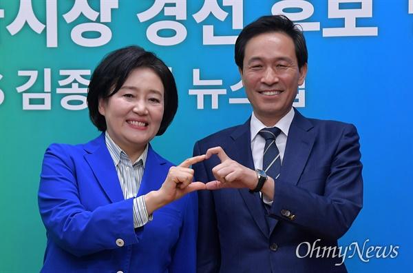 24일 오후 서울 목동 CBS 스튜디오에서 열린 더불어민주당 서울시장 경선 후보 방송토론회에서 박영선(왼쪽), 우상호 후보가 기념 촬영을 하고 있다.