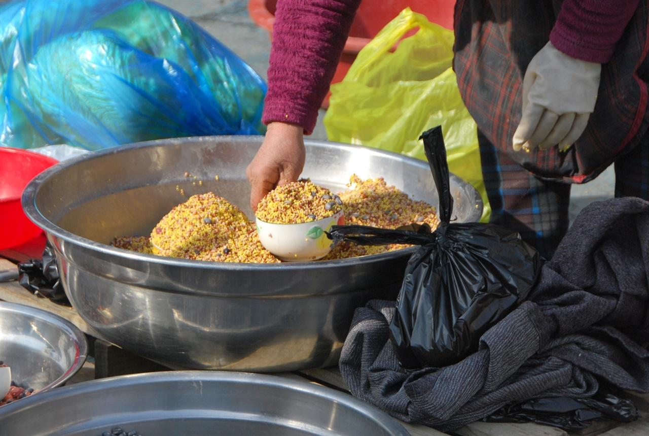 유구 오일장 노점에서는 쌀, 보리, 콩, 팥, 수수, 조, 기장 등을 섞어 불린 것을 사발 단위로 팔고 있었다.