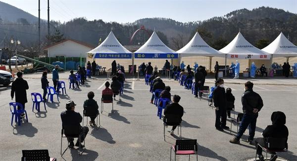 21일 강원 정선군 임계면 복지회관에 마련된 임시 선별진료소에서 주민들이 코로나19 검사를 받고 있다. 해당 마을에서는 이날 코로나19 확진자 9명이 무더기로 발생해 차단 방역에 비상이 걸렸다.