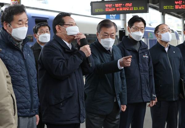 문재인 대통령(왼쪽 세 번째)이 25일 부산 부전역에서 열린 '동남권 메가시티 구축 전략 보고'에 참석, 부전역 플랫폼에서 울산광역시 송철호 시장(왼쪽 두 번째)의 '생활 행정공동체 전략보고'를 듣고 있다. 2021.2.25