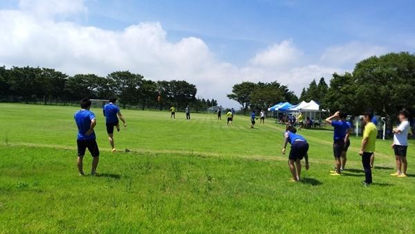 체육대회에서 보호소년들이 축구시합을 하고 있다.