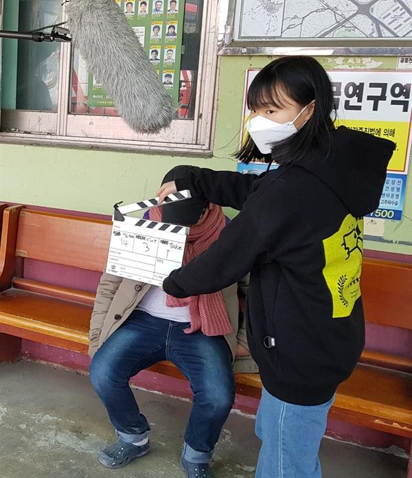 """""""레디~ 액션~."""" 청소년들은 전문가 선생님들의 지도를 받으며 영화를 촬영했다."""