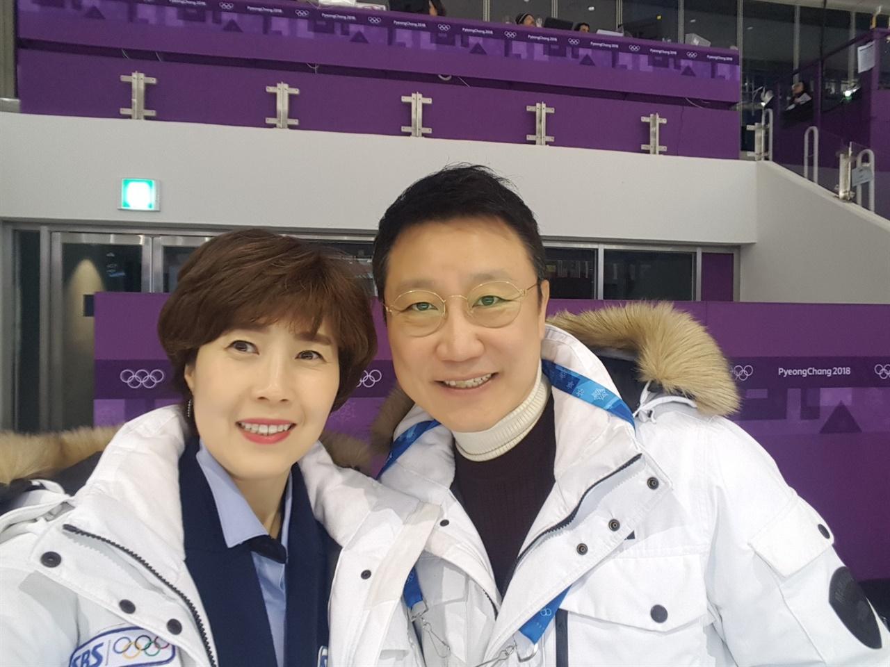 배기완 아나운서가 강릉 아이스 아레나에서 방상아 해설위원(왼쪽)과 함께 사진을 촬영했다.
