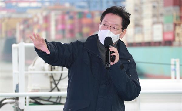 25일 오후 부산신항 다목적부두에 정박한 한나라호 선상에서 열린 '동남권 메가시티 구축 전략 보고'에서 김경수 지사가 설명하고 있다.